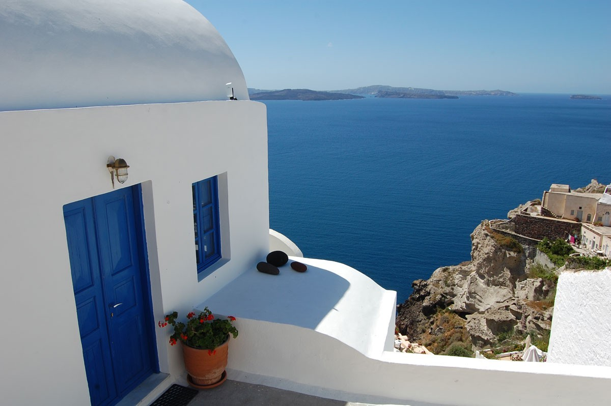 The Dreamy Cycladic Architecture of White and Blue